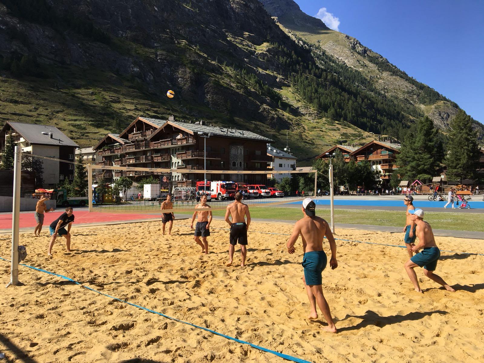 Spiel nach dem Konditionstraining -Beachvolleyballkampf zwischen Athleten und Trainern (Sieger Athleten 3:1)