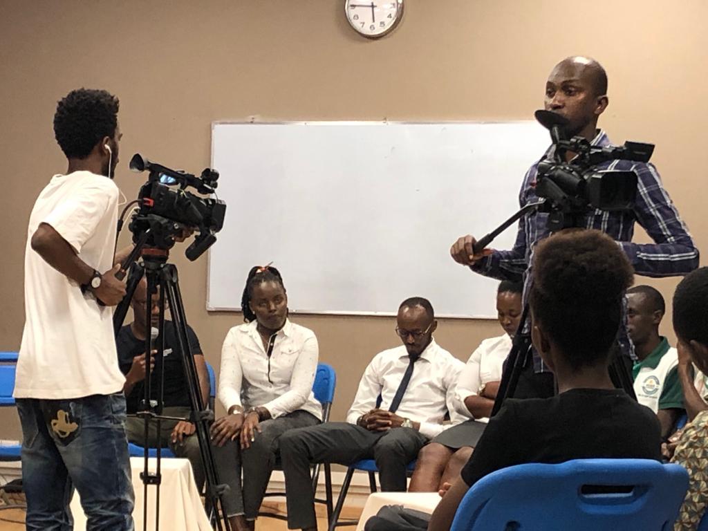 I ragazzi di Yaga gestendo un dibattito pubblico sul risparmio. Bujumbura, 27 Luglio 2019. Foto di Elena Butti.