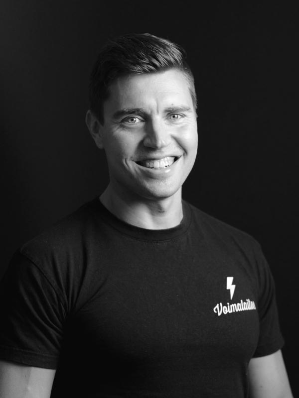 Jonne Myllyniemi - Kuntosalivastaava, kyselyt personal trainereistapuh. 050-5956961e-mail: jonne@voimalaitos.fi
