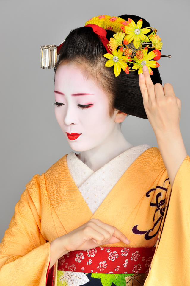 The maiko Makiko with maple leaf hair ornaments for November