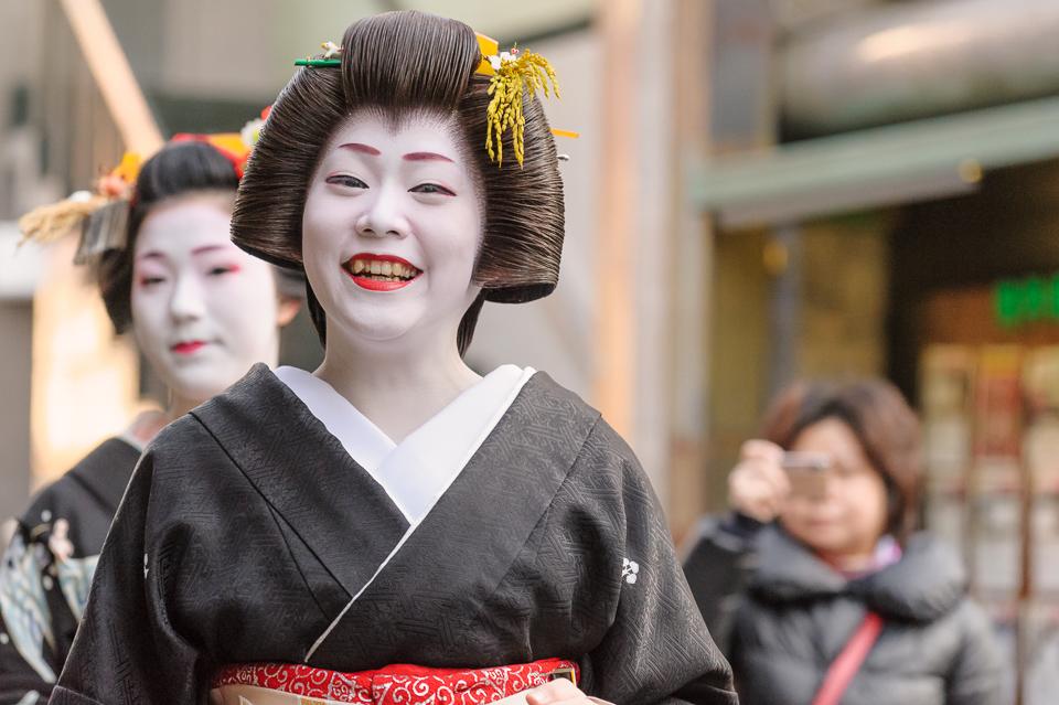Geisha Manaha of Gion Kobu during her last Shigyoshiki