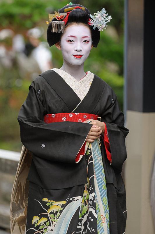 The maiko Takahina of Gion makes her rounds during Hassaku 2012