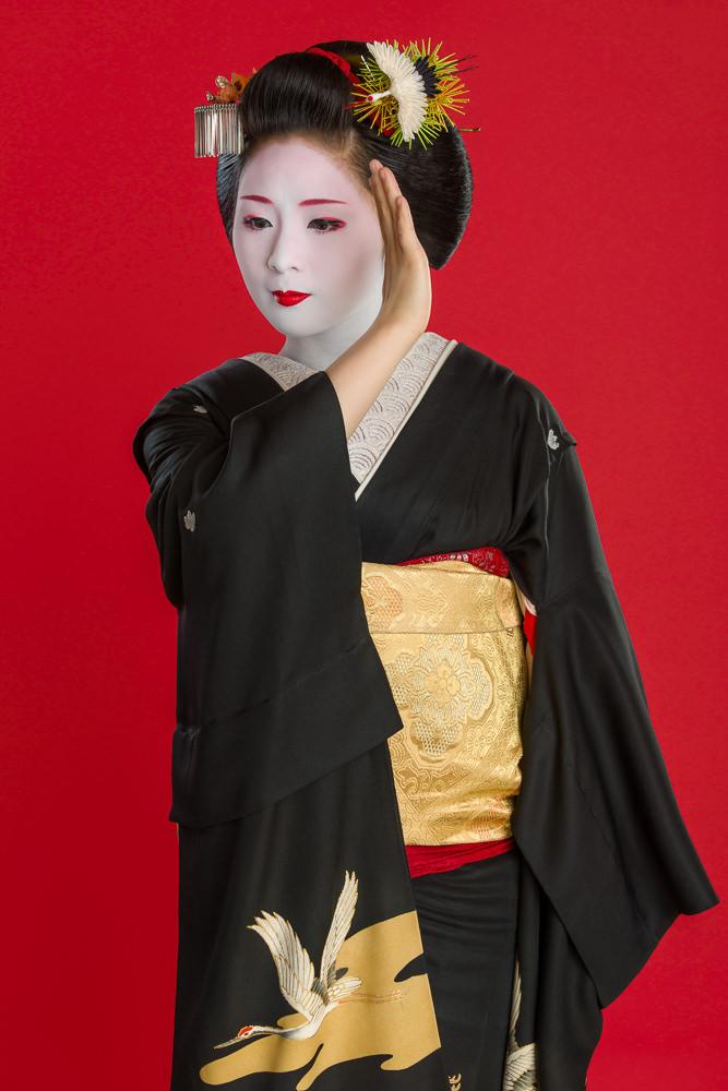 """The maiko Mameharu performing the dance """"Kurokami"""" a short time before her debut as a geisha"""