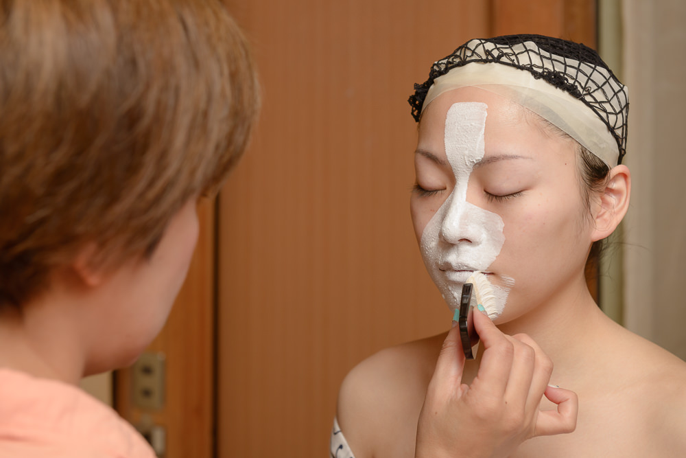 The new geisha Manaha has her makeup applied during her debut