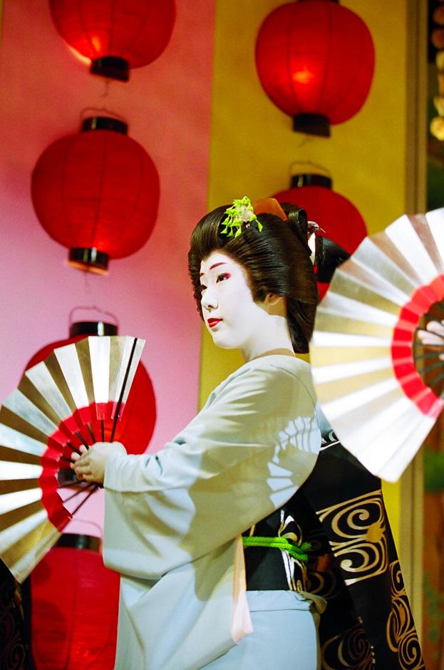 """The geisha Fukunami of Miyagawa-cho performs in """"Miyagawa Ondo,"""" the finale of Kyo Odori"""