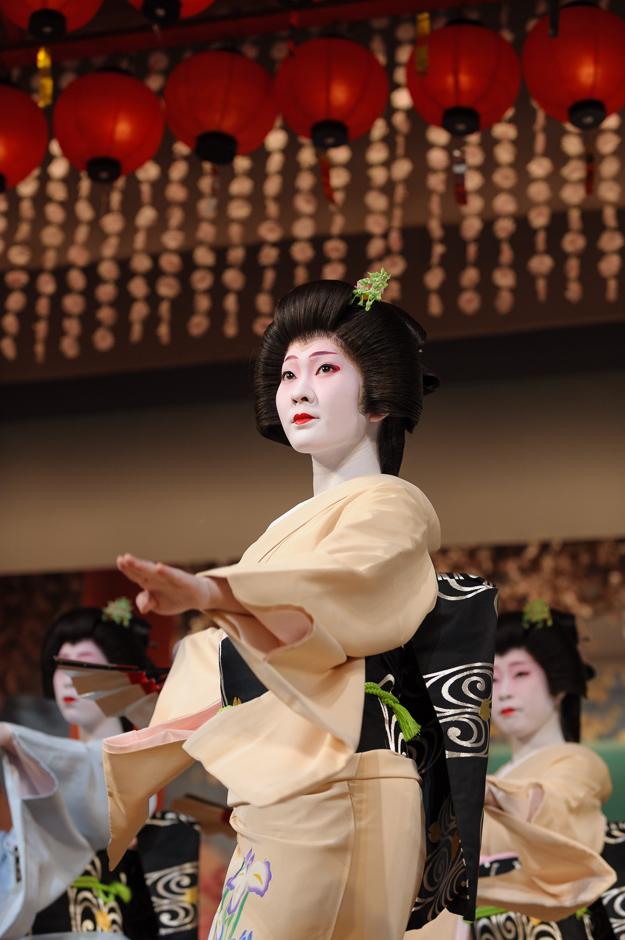 The geisha Kimina of Miyagawa-cho performing in Miyagawa Ondo, the final of Kyo Odori in Kyoto