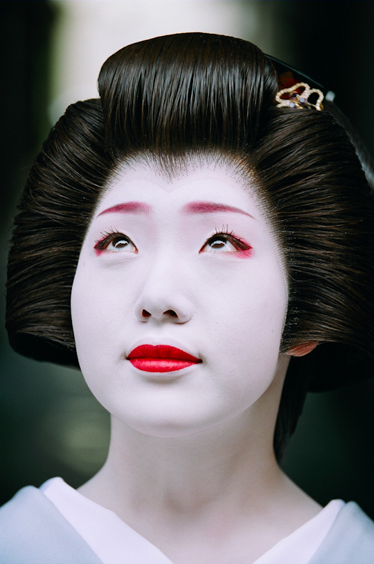 The geisha Fukunami of Miyagawa-cho looks skyward
