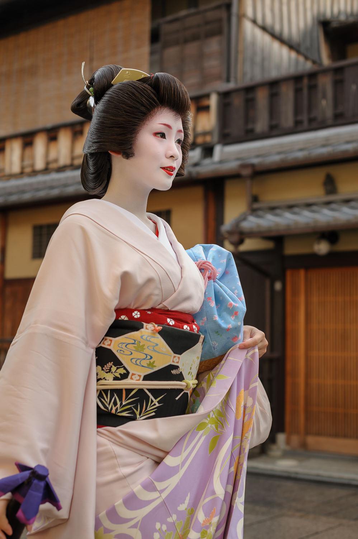 geisha-mameharu-hanamikoji-street.jpg
