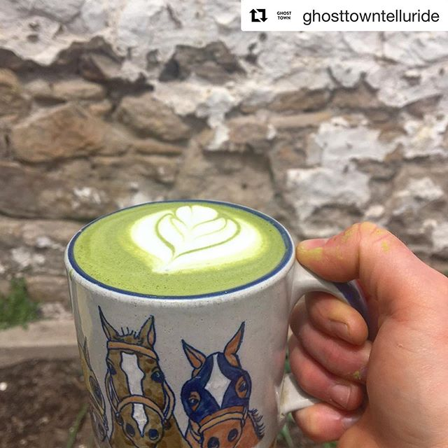 Giddy up 💚🐎 (and giddy on over to see the lovely folx @ghosttowntelluride where they're slangin' matcha through this chilly weather!) . . . . #matchaonmyhands #matcha #matchalatte #latteart #latteartgram #coffeeshop #espressobar #teahouse #telluride #colorado #yum