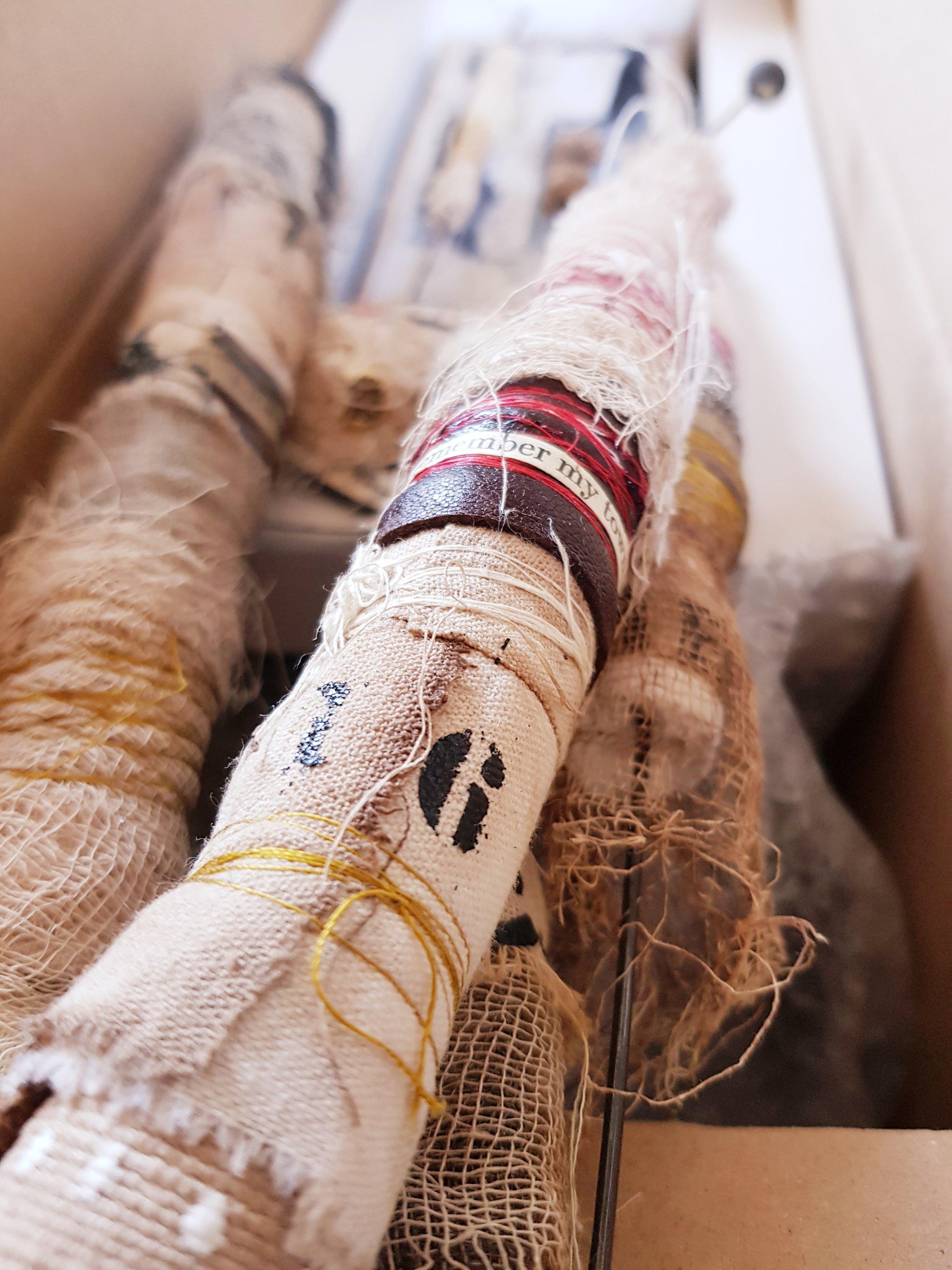 Les bobines - Enrouler, entourer, entortiller, enlacer, attacher, emmêler, nouer, dénouer.Des bobines évoquant tour à tour des objets rituels, des grigris, des bâtons de parole ou des rouleaux de mémoire.Des objets agréables au toucher, qu'on a envie de s'approprier et de collectionner.