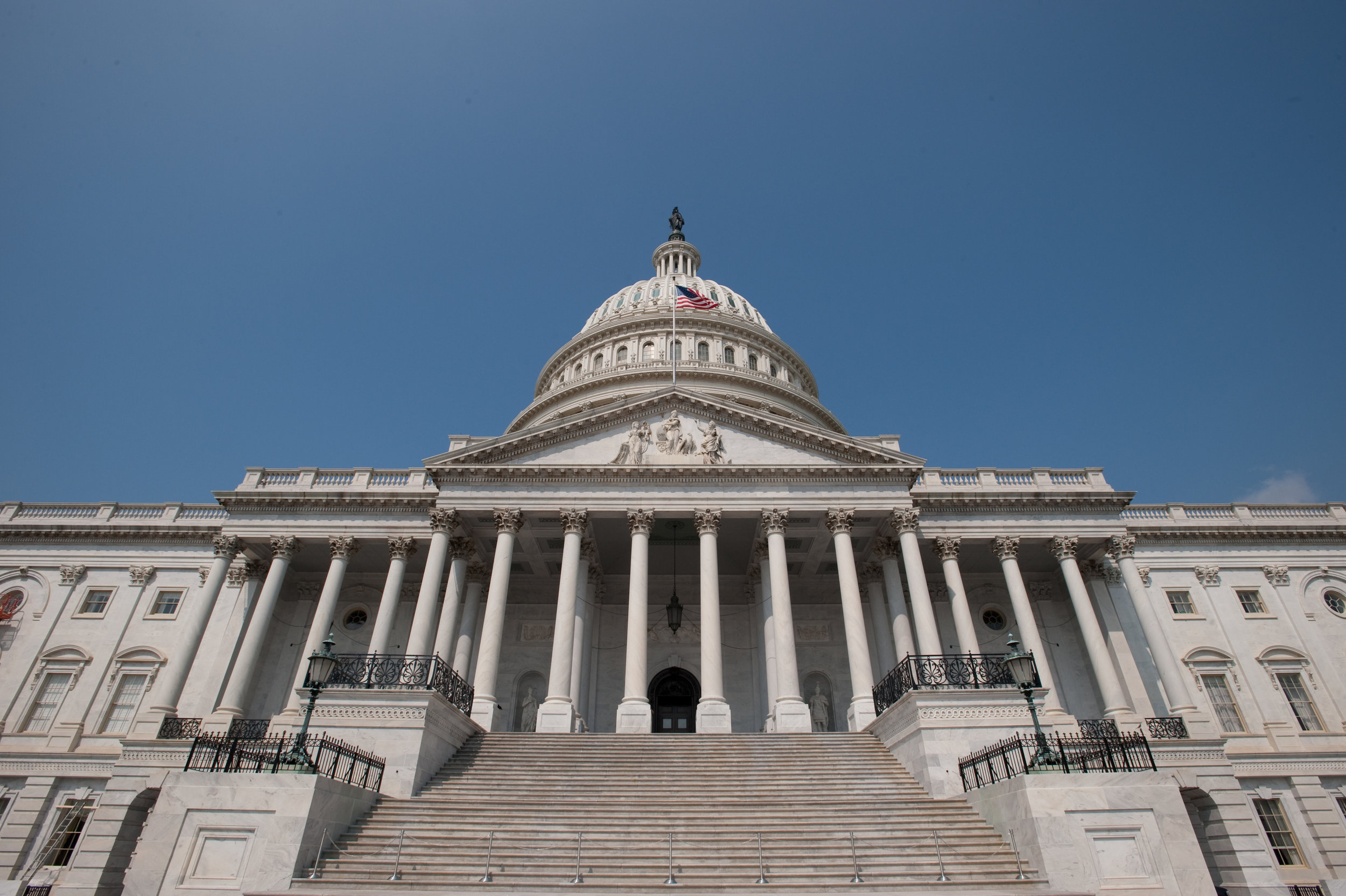 US_Capitol_Building,_East_side_steps_and_dome.jpg