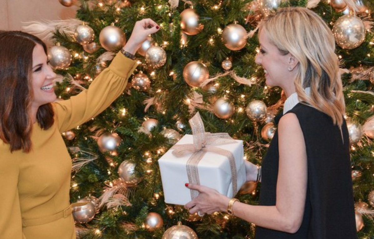 ARCHITECTURAL DIGEST - How Nate Berkus's Lead Designers Decorate a Christmas Tree