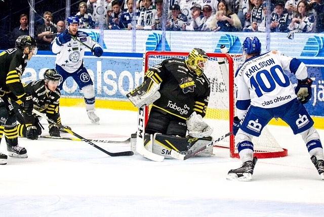 Leksand tog en andra rak seger mot AIK och såg till att AIK spelar ytterligare en säsong i Hockeyallsvenskan. Själv får man chansen i ett direkt avgörande mot Mora i 5 matcher om spel i SHL till kommande säsong. 📸 Lars Sjörs / Frilansfotograferna #abfrilansfotograferna @frilansfotograferna #aikhockey #leksandsif #shl #hockeyallsvenskan @hockeyallsvenskan_official @shlofficial
