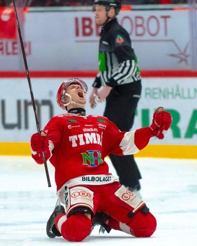 Johannes Salmonsson skriker ut sin glädje efter att ha avgjort första Kvalmatchen till SHL i 5 perioden med 5-4 till Timrå 📷 Marcus Claesson / Frilansfotograferna  @timra_ik @iko_officiell #shl #hockeyallsvenskan #abfrilansfotograferna #twitterpuck #sport #hockey #ishockey