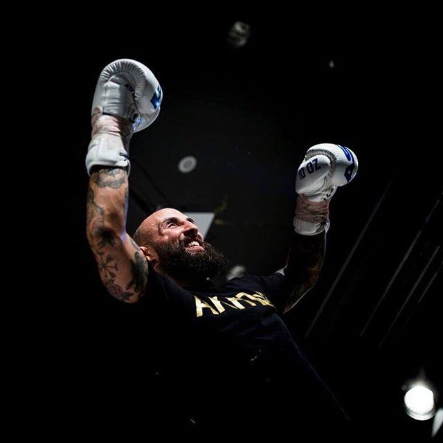 Under fredagskvällen gick Bulldog Media Fight Night 2.0 av stapeln, här har Martin Akhtar vunnit sin match 📷 Martin  Wallén / Frilansfotograferna @bmfightnight #bulldogmediafightnight @martinwallenphoto #sport #sports #fight #action #actions