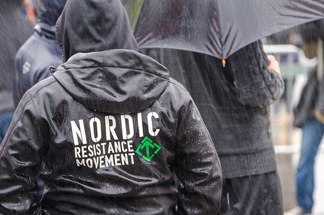 Nordiska Motståndsrörelsen fick finna sig i att demonstrera i ösregn i Almedalen. . Motdemonstranterna och Polisen var dessutom betydligt fler. . Foto: Göran Johansson / Frilansfotograferna