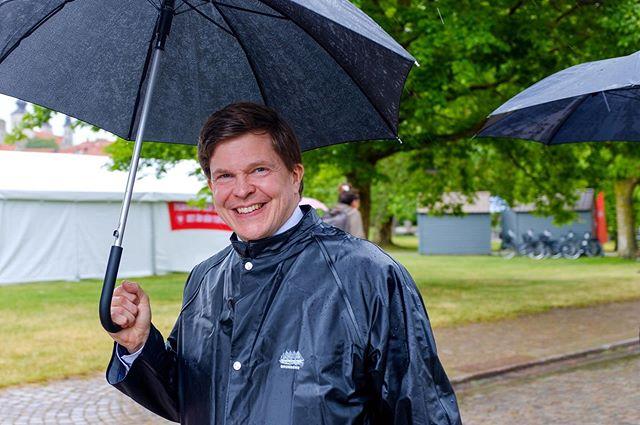 Idag regnade det i Almedalen. Vätan till trots var riksdagens talman Andreas Norlén på gott humör. . Foto: Göran Johansson / Frilansfotograferna