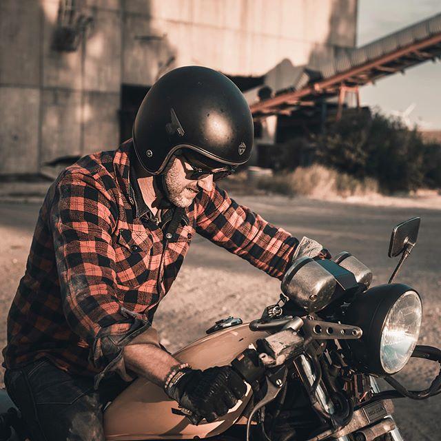 The boys in their element ⚡️ * * * * #honda #hondamagna #industry #industrialdesign #anotherdayattheoffice #motorbikes #netherlands #urbexphotography #harley_davidson @rockstarenergy @rockstarlifestyleamsterdam @rayban @pigandhen