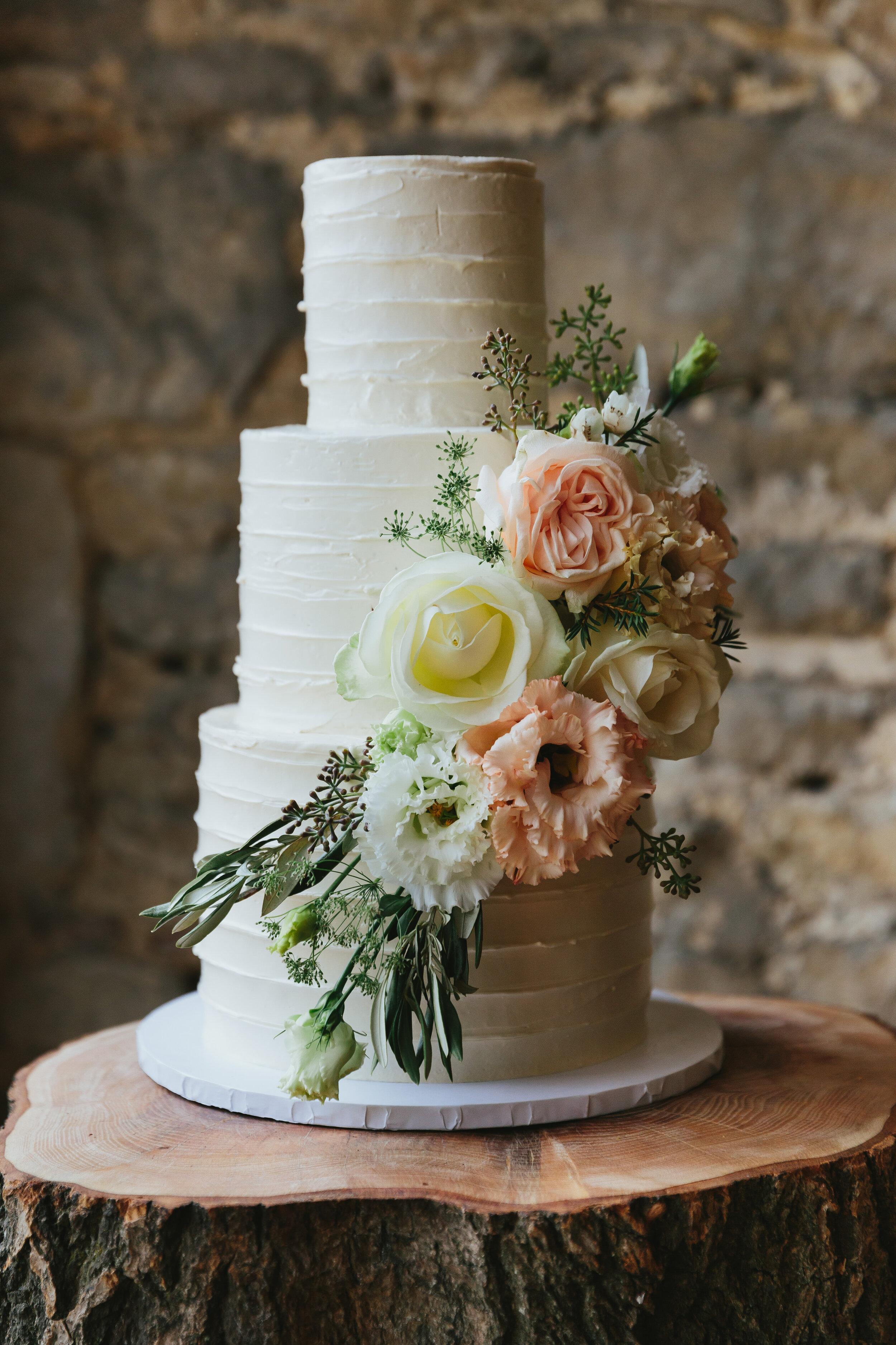 Rustic_buttercream_wedding_cake_with_flowers.jpg