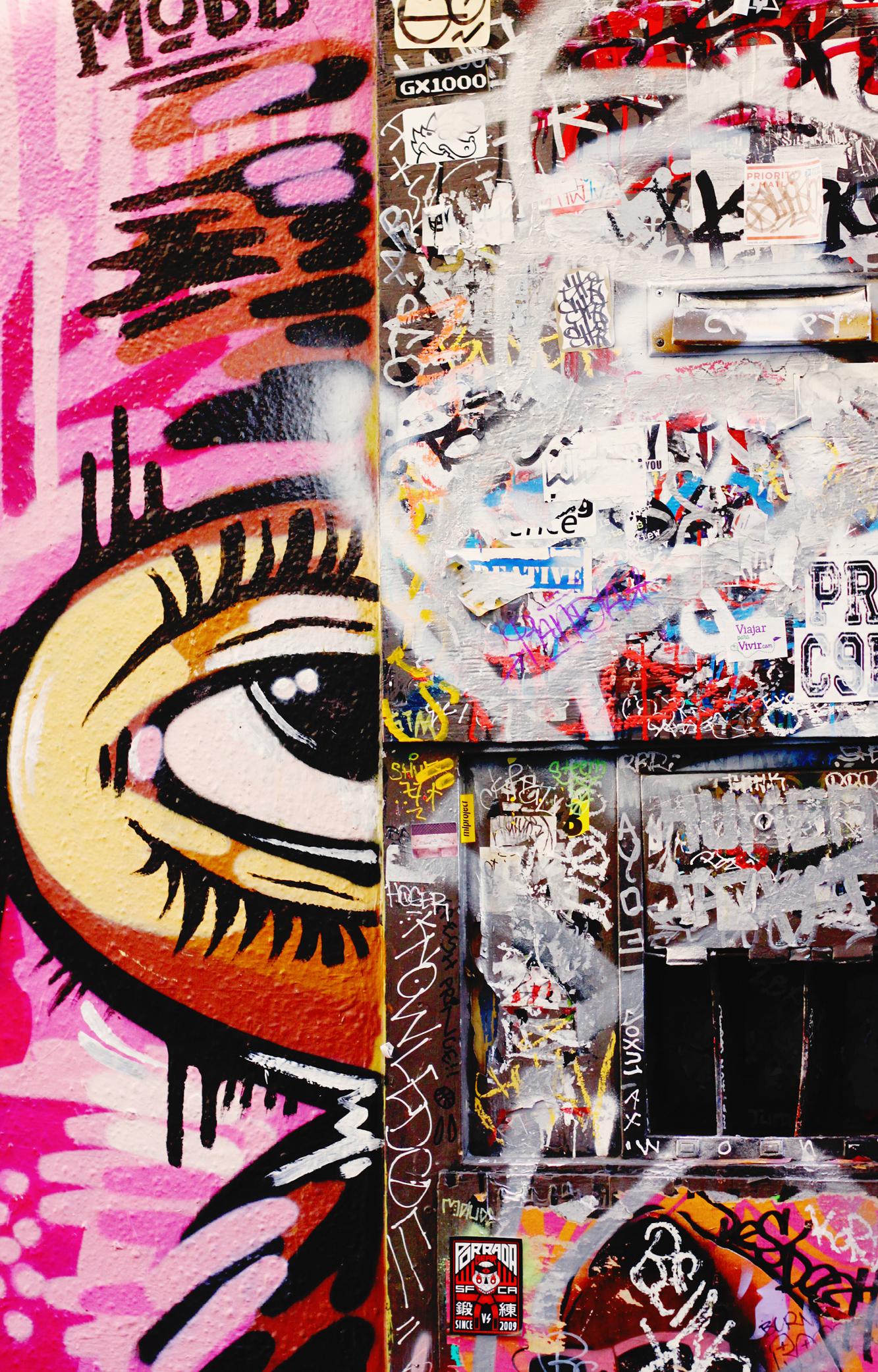 Mission / Valencia - Esta es el área latina de San Francisco. Tiene muchas influencia de los mexicanos y latinoamericanos inmigrantes. Si quieres probar los verdaderos tacos mexicanos (ATENCIÓN: nunca verás a Taco Bell como los mismos ojos) has llegado el lugar perfecto sin tener que viajar a México. Visita la Taquería El Farolito, el lugar no es nada lujoso pero de que son buenos… ¡SON BUENOS!.Lo que mas me gusta de esta área es el nivel artístico. No dejes de pasar por Clarion Alley, un callejón repleto de graffiti y murales. Paralelo a The Mission, esta la calle Valencia, llena de bares y tiendas hipster, nosotras paramos en Etcétera Wine Bar para vinos y tapas al terminar la noche.
