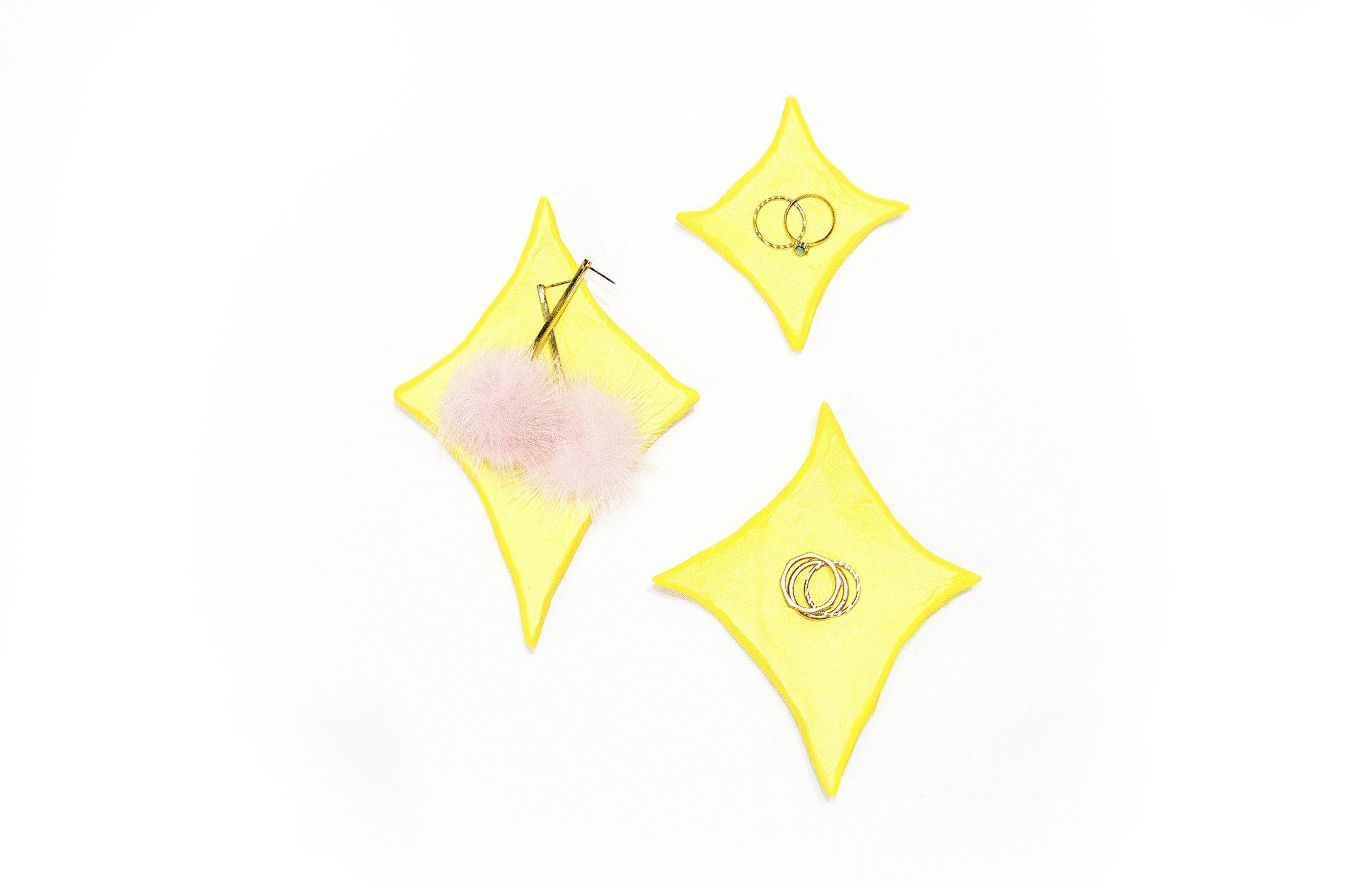 HAZLO TU MISMA // PLATO DE EMOJI PARA JOYERIA ¿Necesitas el regalo perfecto para esta temporada? Shiny de Je Suis Brillant no enseñas este proyecto divertido: plato de emoji para anillos.