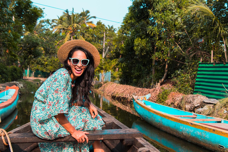 ¿Interesado en viajar a la India? Aquí la guía completa que necesitas saber: vuelos, vestimienta, lugares turísticos, costo, transporte y mucho más.viaje-india-travel-guia-44-alleppey-boat-ride-canals