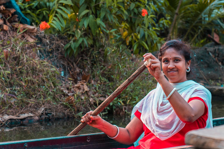 ¿Interesado en viajar a la India? Aquí la guía completa que necesitas saber: vuelos, vestimienta, lugares turísticos, costo, transporte y mucho más.viaje-india-travel-guia-45-alleppey-boat-ride-canals