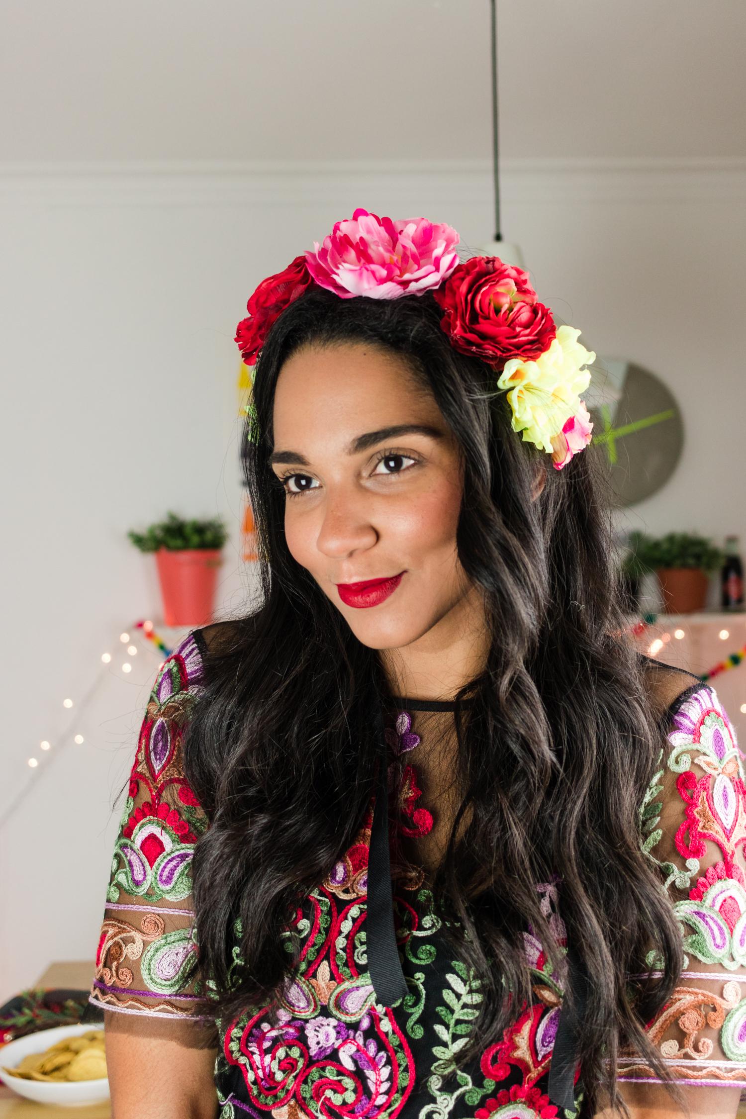 Dress code! - Utiliza una corona de flores a lo Frida Khalo combinado con una atuendo de flores o brocado bien llamativo y colorido