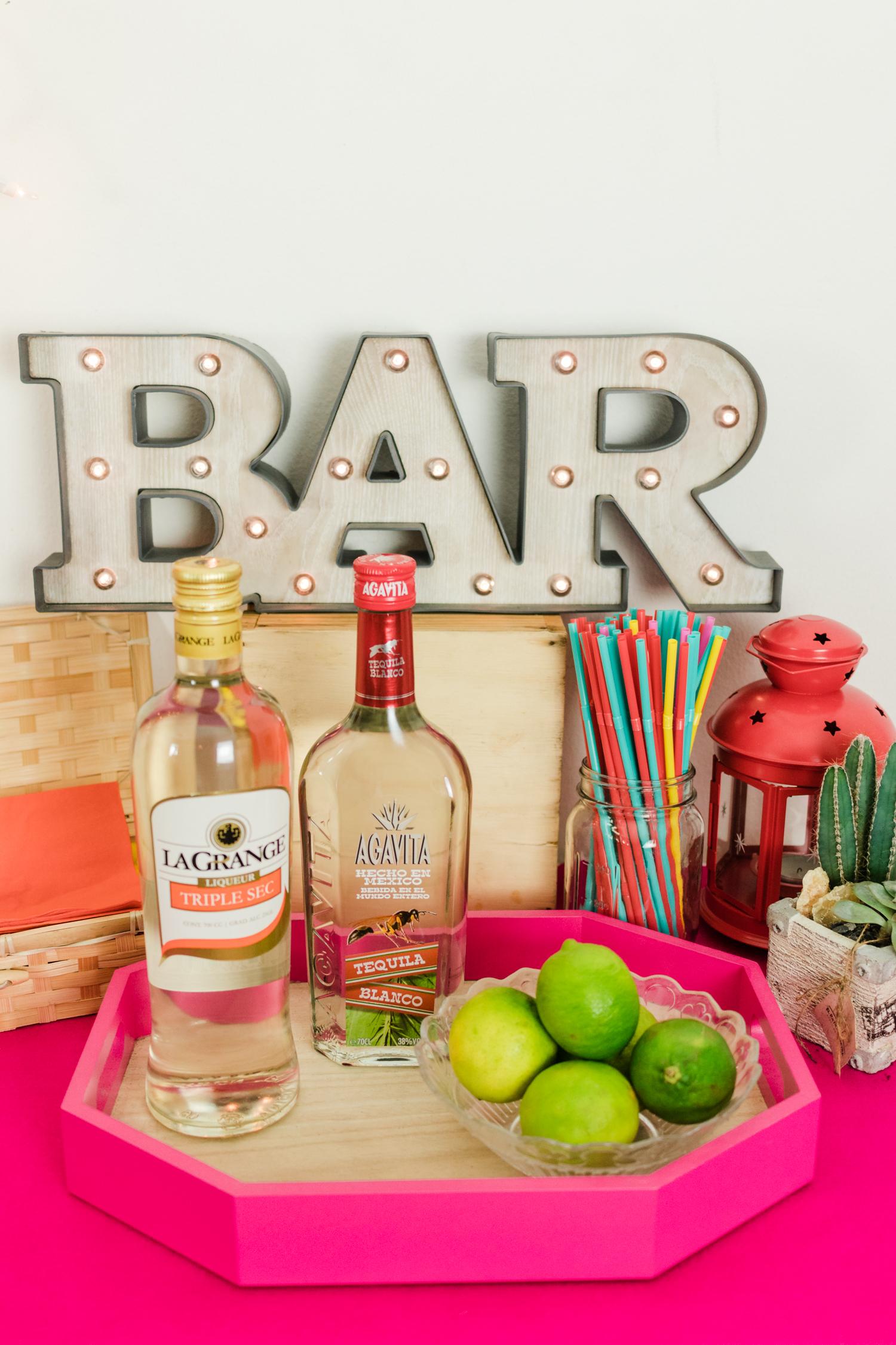 Para el bar mexicano, no puede faltar... - ¡el tequila, limón y sal!