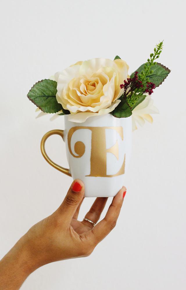 Hazlo Tu Misma // Taza Con Monograma | Aprende cómo hacer esta taza con monograma usando pintura dorada. Este proyecto es muy barato, pero se ve tan elegante. ¡Un regalo perfecto!