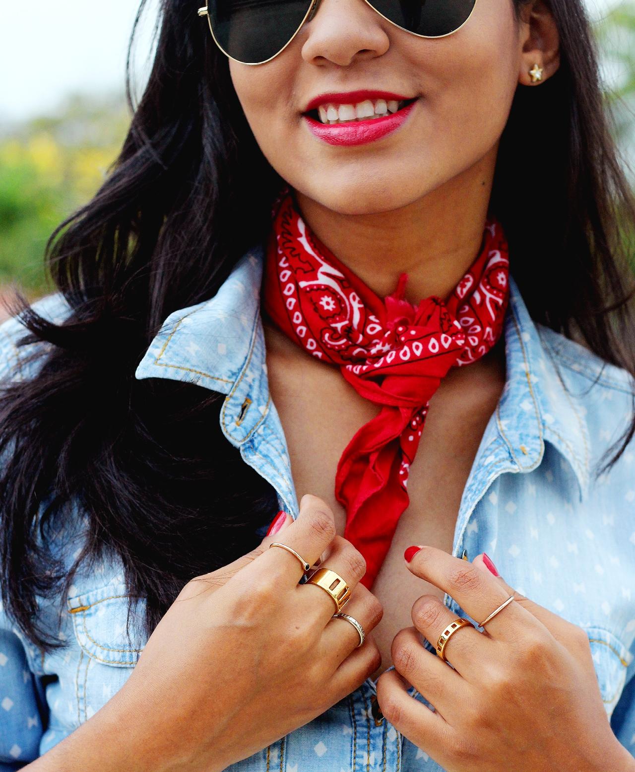 DENIM SOBRE DENIM CON UNA BANDANA // Aprende a lograr el atuendo perfecto de denim sobre denim; ¡Complementa con una bandana super cool alrededor de tu cuello para conseguir el look!