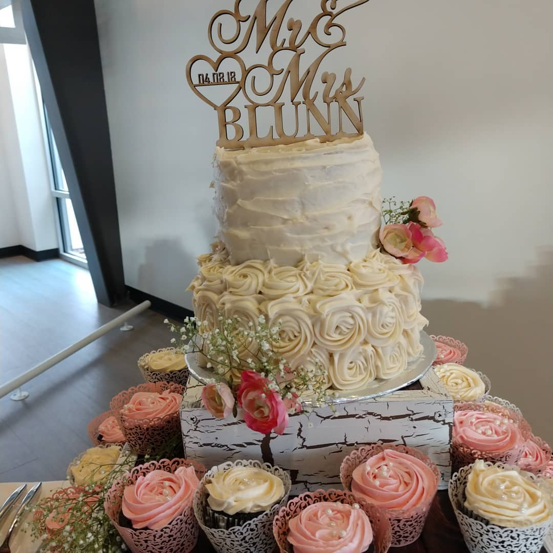 Red velvet wedding cake, vanilla frosting with companion cupcakes