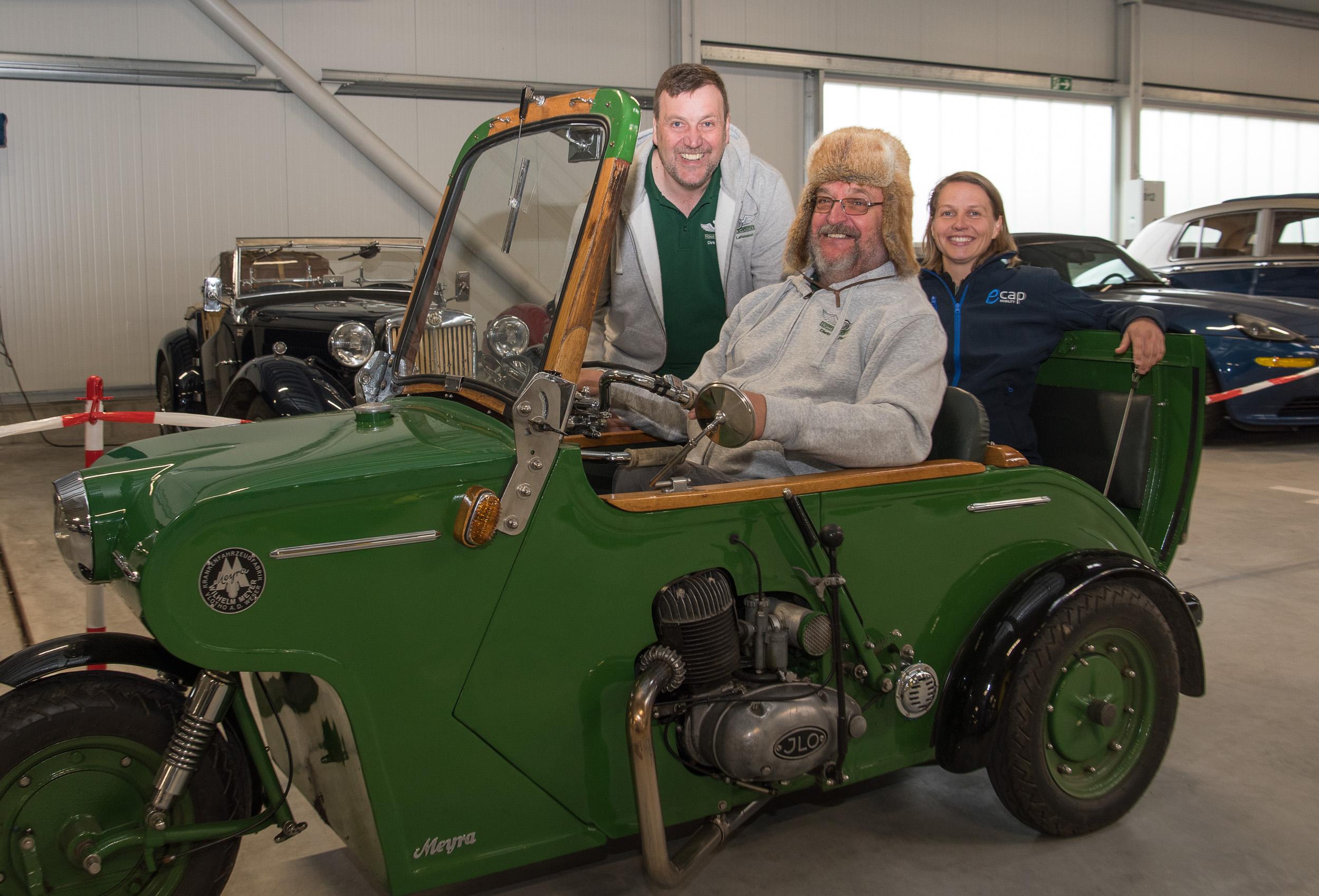 """""""1000 Stunden bis zum TÜV"""" Fahrzeug MEYRA Motorwagen 1956: v.l.n.r.: Dirk Lehmann (Eigentümer von HoC und eCap Mobility), Dietmar Pauw (Besitzer des MEYRA) und Leonie Behrens (Geschäftsführerin eCap)"""""""