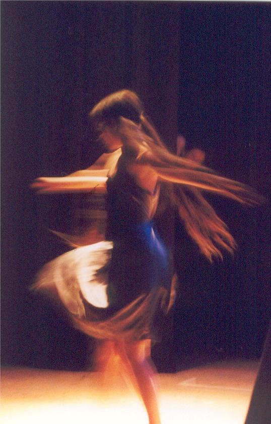 """Anna Heiss bei einem ihrer ersten Schritte auf den Brettern, die die Welt bedeuten. """"Sophie's Traum"""" - ein Tanztheater unter der Leitung von Elfi Troi im Jahr 2002."""