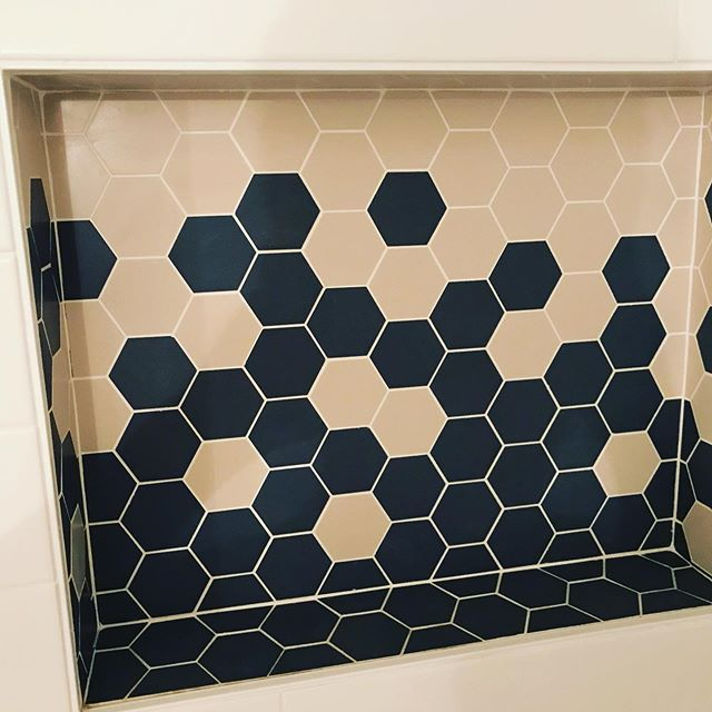 Feels like patterns do best when they continue, corners or not. #gradient #tile #bathroom #showerniche #nevermiss