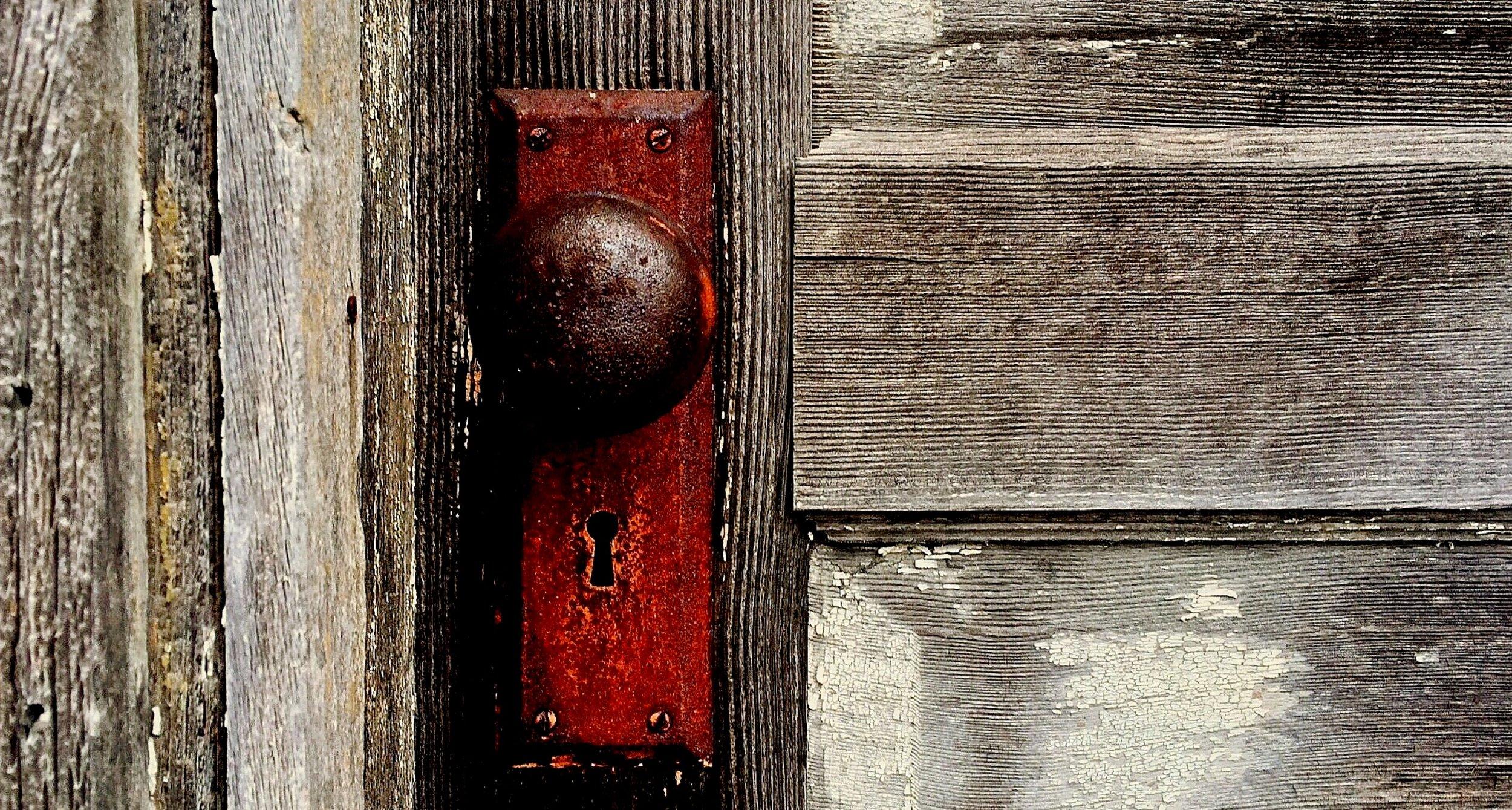 close-up-dirty-door-259832.jpg