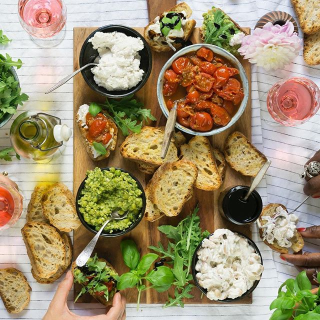 Bruschetta Forever 💘💘💘 another one from my next cookbook, that I enjoyed with the lovely Maggie of @ragandbonemanvintage and @poemsandposies 😋🙏🏼 #VGFeasts #vegan #bruschetta #grazing
