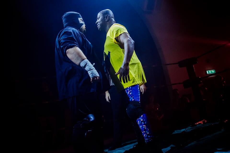 Dave Benson Phillips and Los Federales Santos Jr square off (photo: The Head Drop)