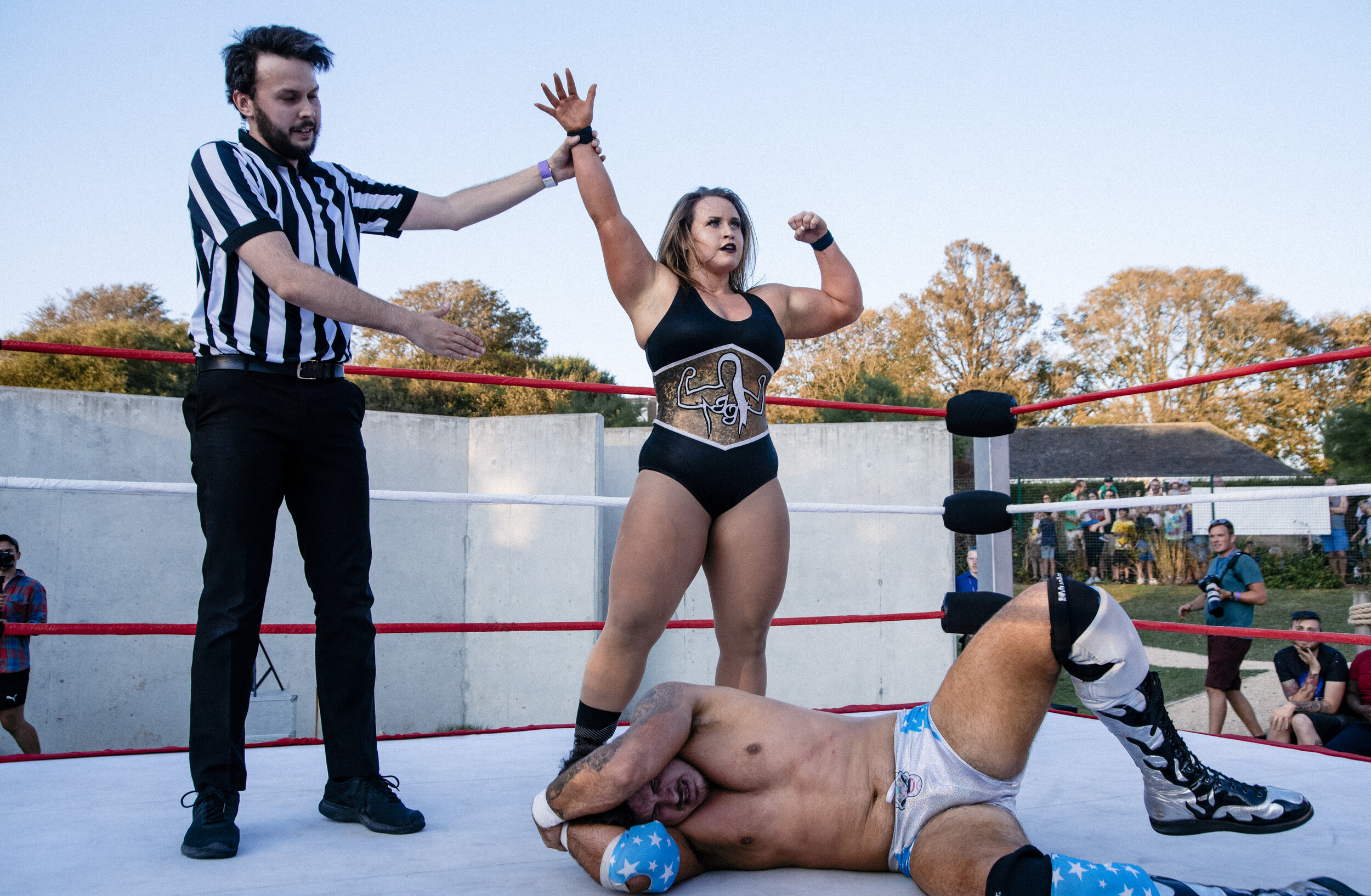 Jordynne Grace stands tall over Rob Lias at the Brighton Open Air Theatre (photo: The Head Drop)