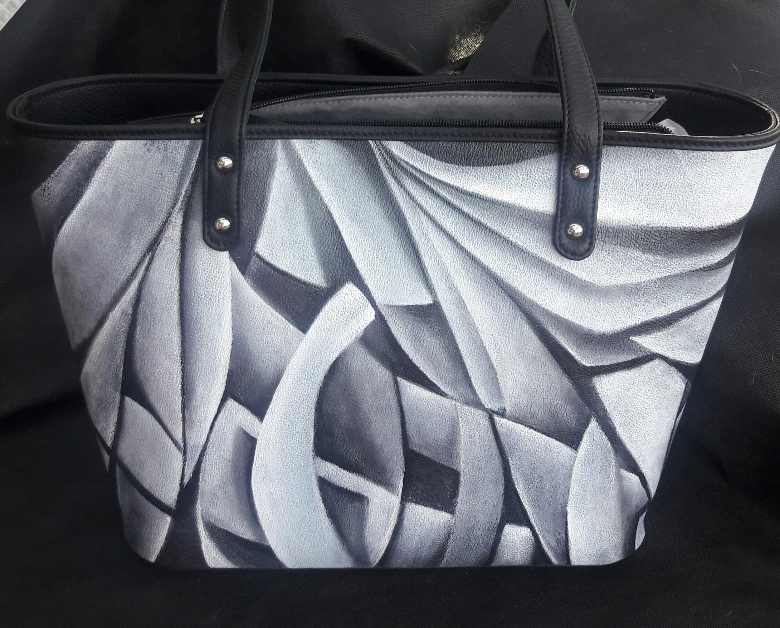 Bolso pintado a mano.  Cada uno es pieza única.