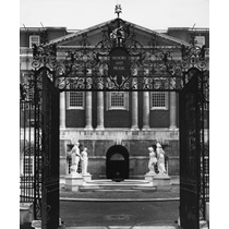 RIBA58050  British Medical Association, Tavistock Square, Bloomsbury, London: the Court of Honour seen from the World War I Memorial Gates with the World War II memorial in the background
