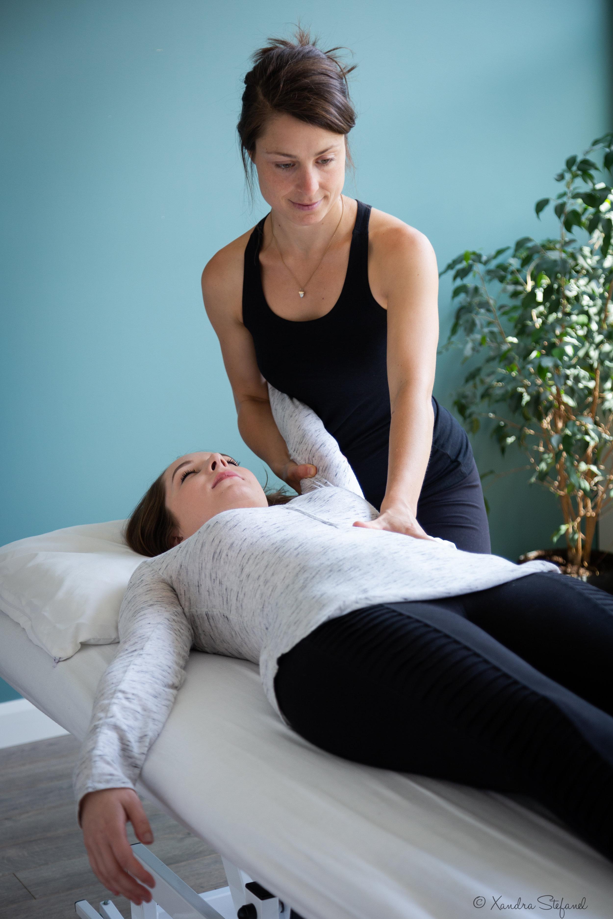 - «Dans son environnement lumineux et enveloppant, Geneviève Gignac m'a offert des expériences de massages yoga thaï hors du commun. Accueillie avec respect, sensibilité et douceur, il m'a été facile de m'abandonner à son mouvement fluide, expert et créatif. Et j'en redemande régulièrement! Les massages de Geneviève constituent de véritables antidotes au déséquilibre. Ils me permettent en effet de refaire le plein d'énergie en périodes de transition, de calmer mon système nerveux lors de moments de stress intense ou simplement de me détendre.»Angèle-Anne Brouillette