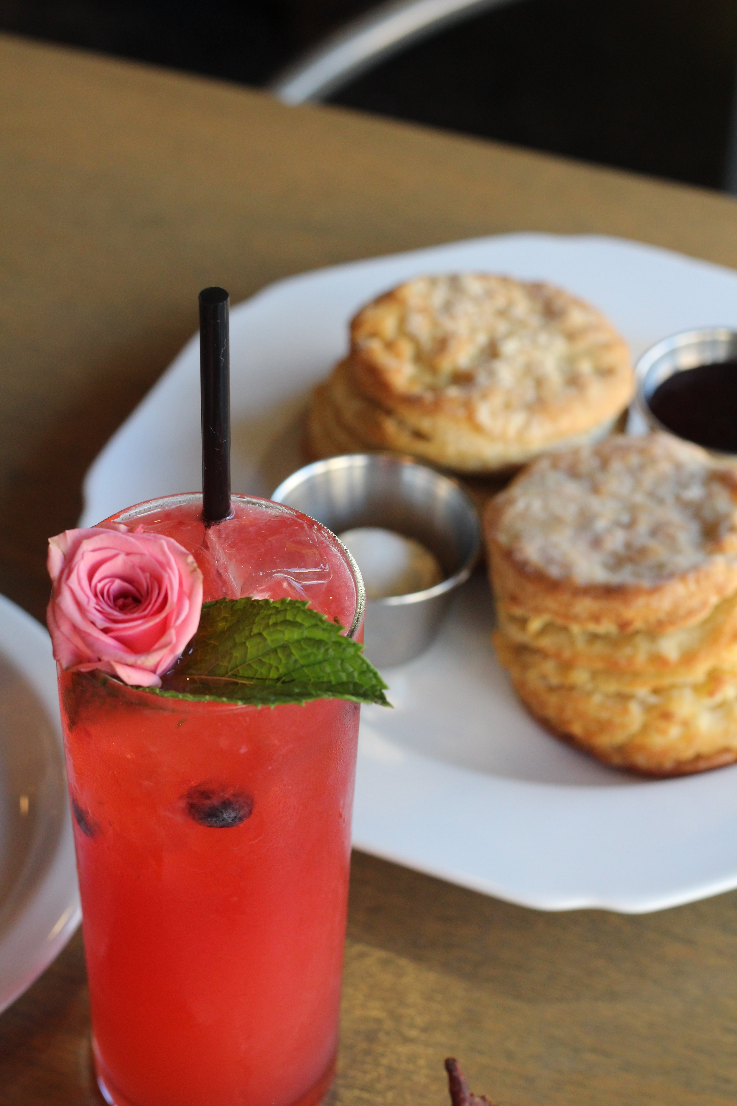 Rose Mojito with biscuits