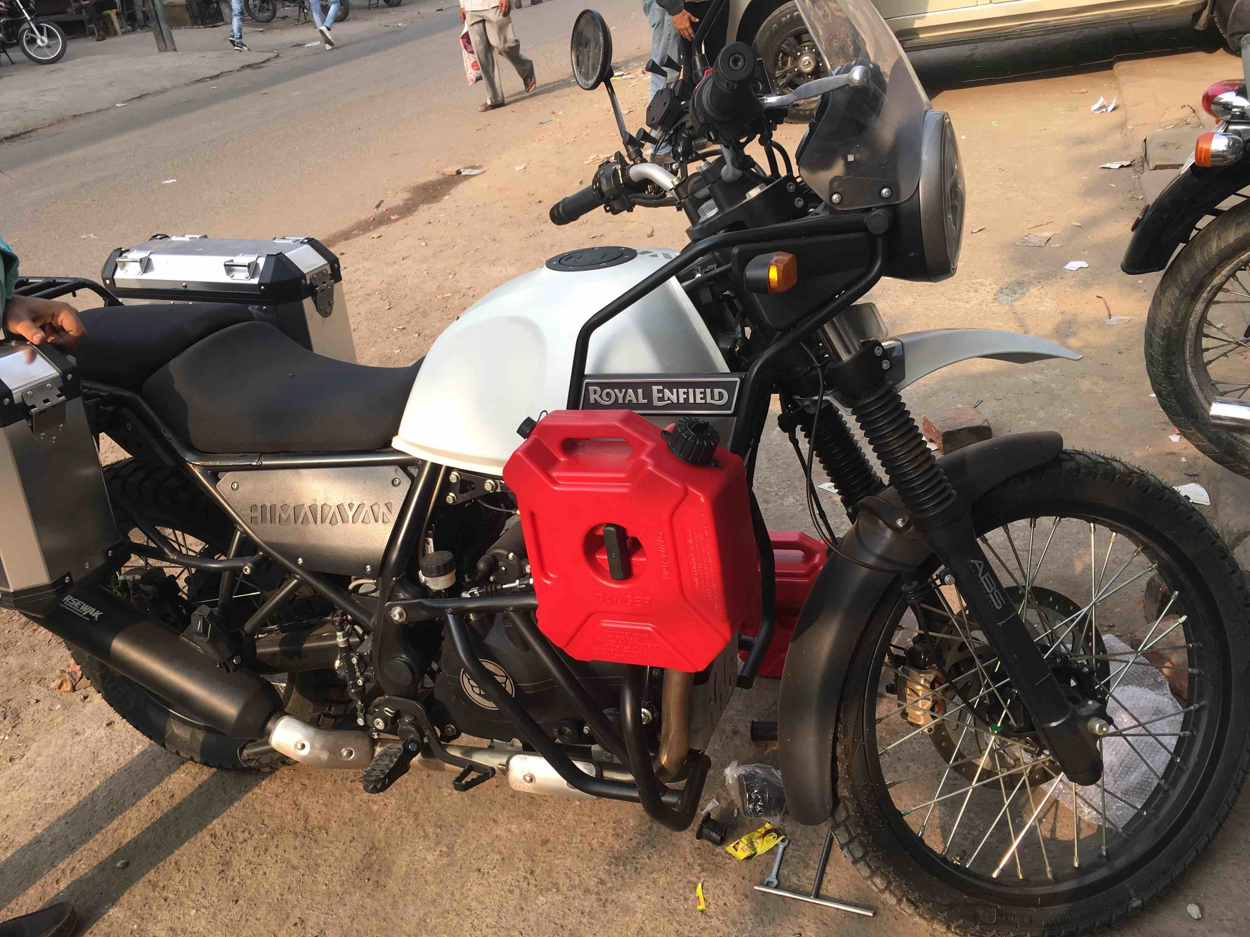5L extra fuel jerrycan mounted on Royal Enfield Himalayan 2018