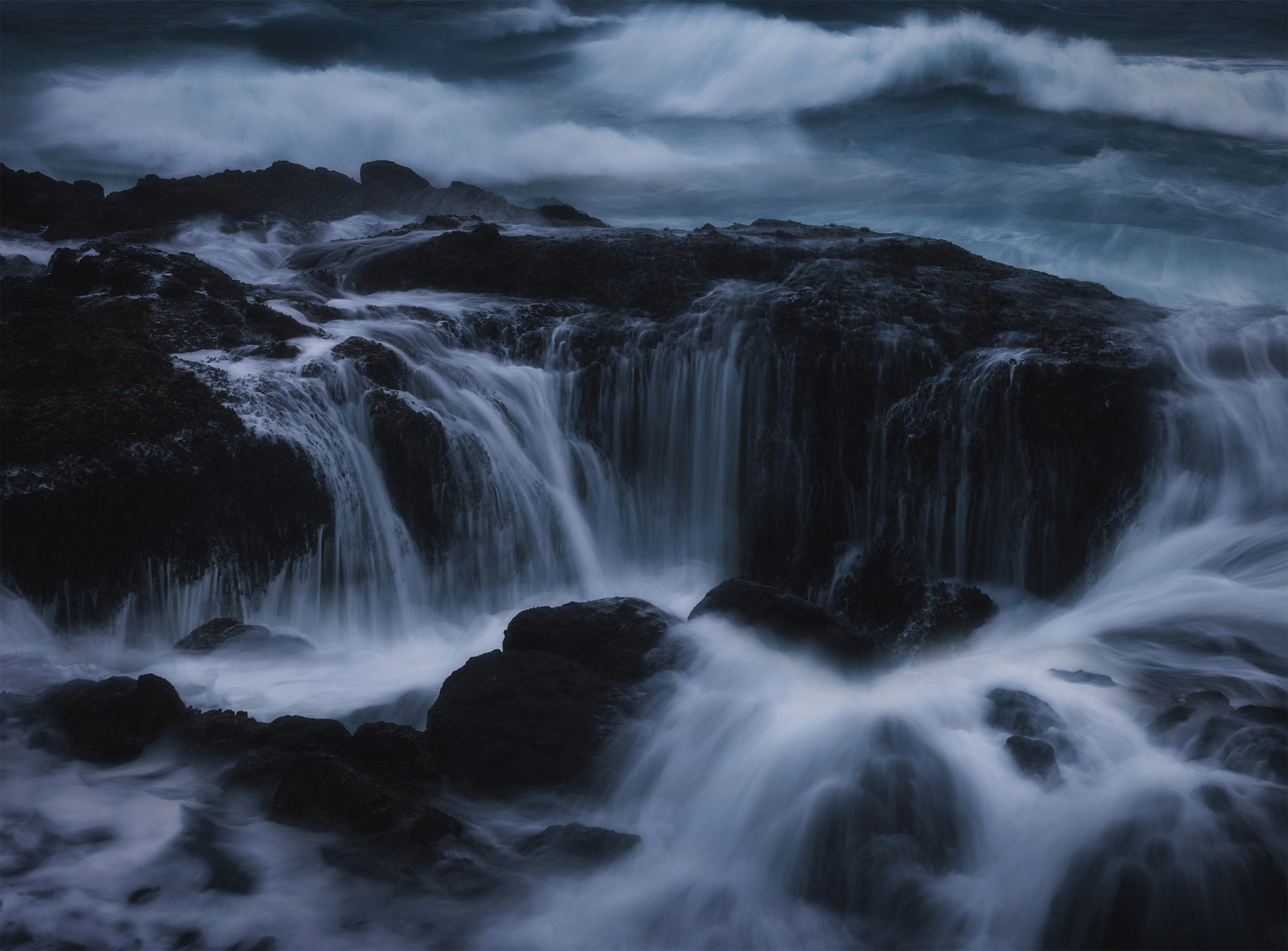 Thor's Well during a stormy afternoon