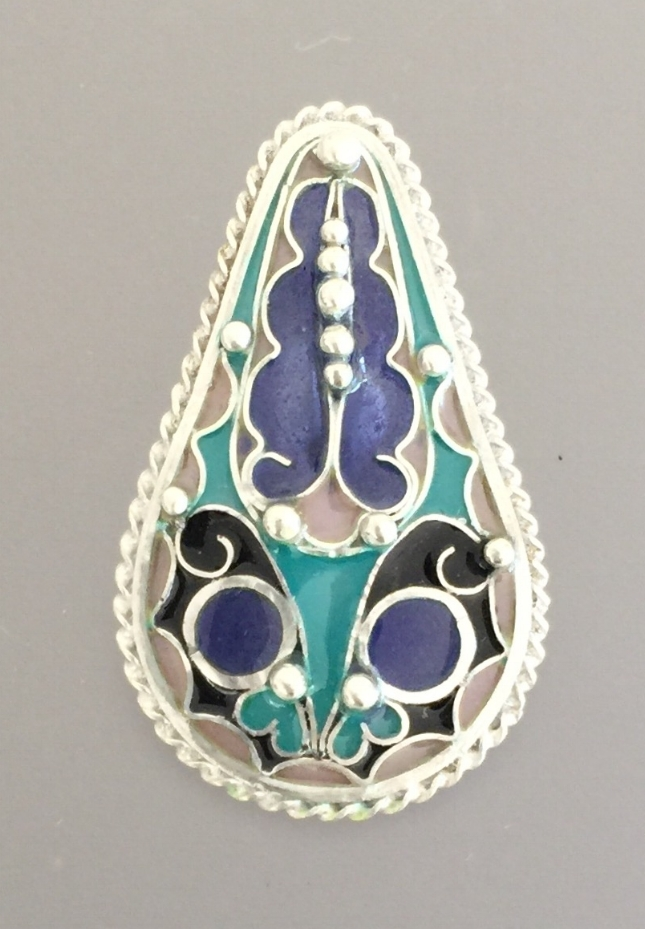 Deco Teardrop with Twisted Wire Border and Balls