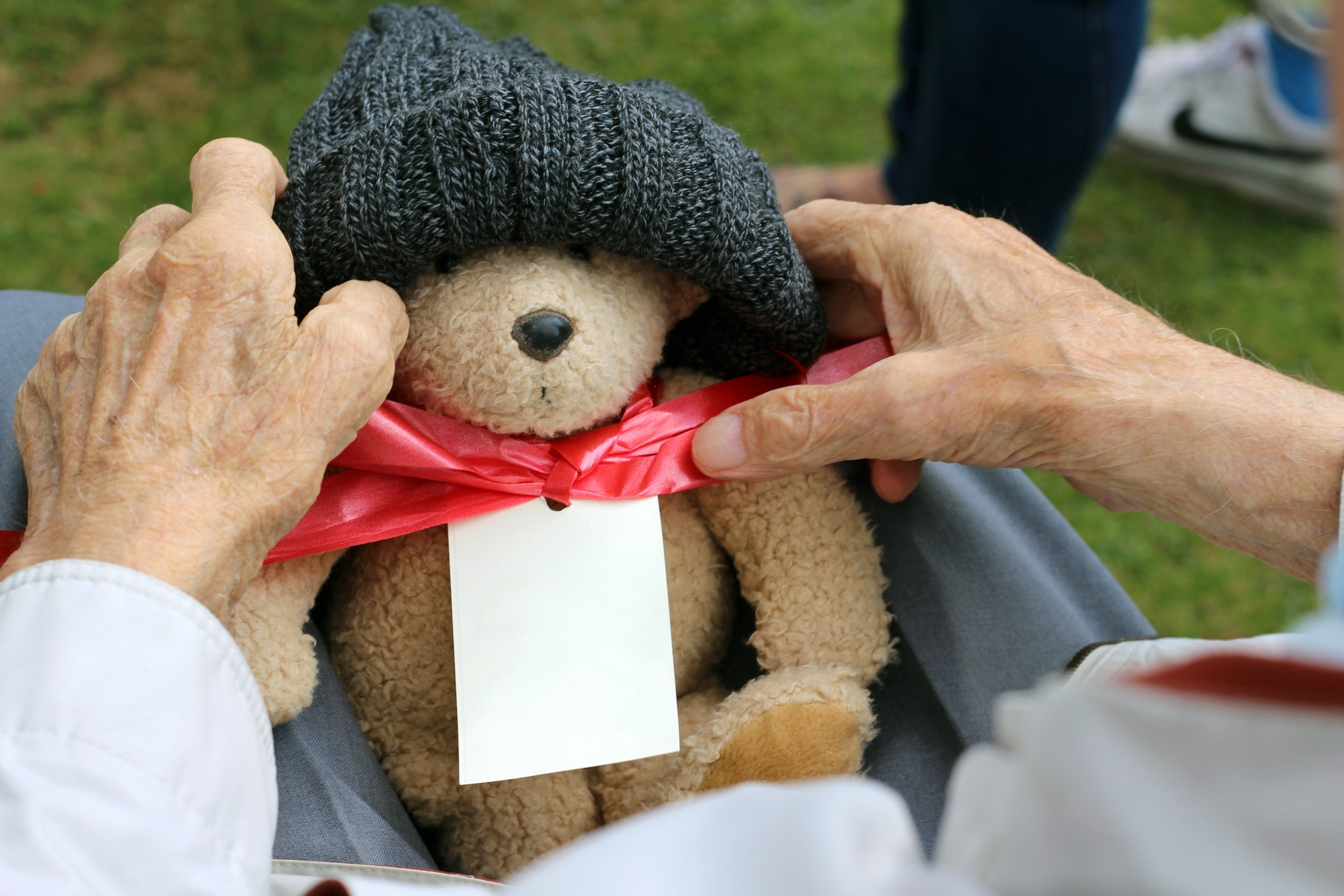 man-old-gift-toy-teddy-bear-caucasian-819887-pxhere.com.jpg
