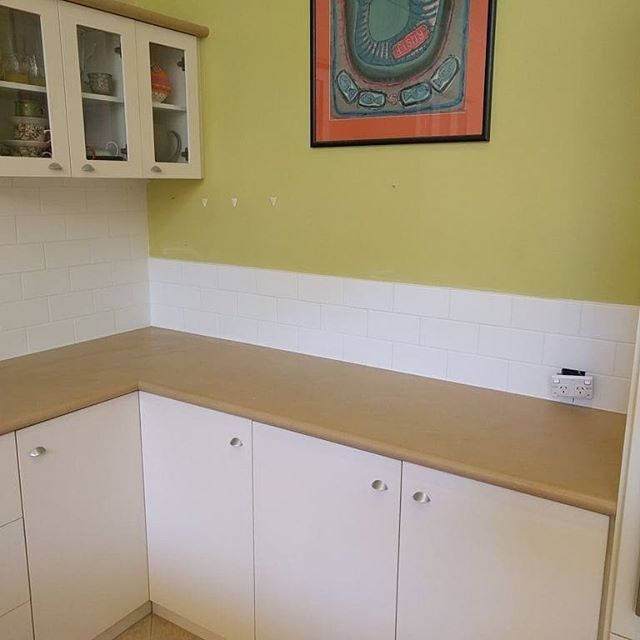 White subway tiles laid by @cape_to_cape_tiling supllied by @qmi_tile_and_stone  #subwaytiles #ceramictiles #walltile #whitetiles #capetocapetiling #swbusiness