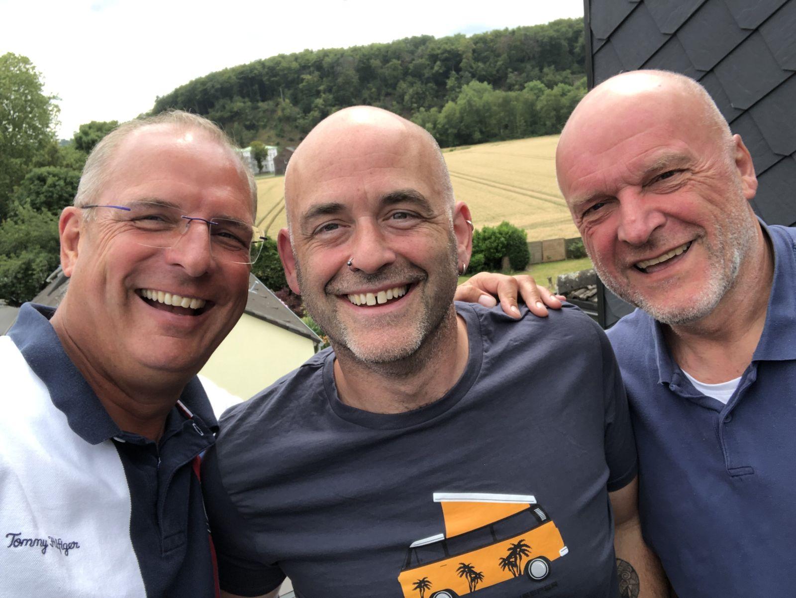 Organisator Boris Orlowski, Mark Bennett und Volker Sauer (Leadsänger von Claymore) haben bei der Vorbesprechung gut lachen und freuen sich schon riesig auf das kleine Konzert am Freitagabend.
