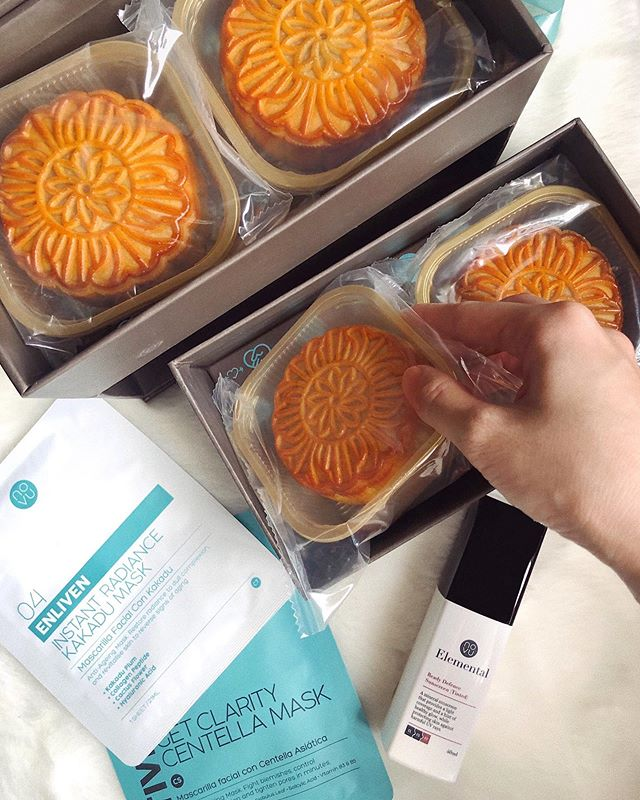 Happy Mid-Autumn Festival everyone ☁️ The ultimate pampering session: Trying on @novuaesthetics sheet masks while snacking on mooncakes 😂 Thank you #novuteam